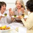 已退休的女朋友享受茶蛋糕和八卦 — 图库视频影像