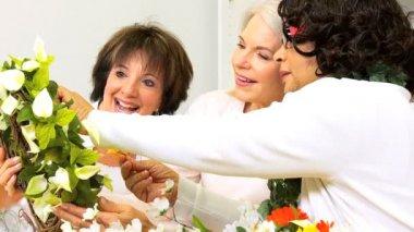 Laughing Ladies Decorating Door Ring — Stock Video