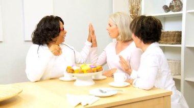 Oudere dames genieten van koffie taart thuis — Stockvideo
