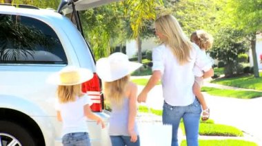 Young Family Packing Car for Trip to Beach — Stock Video