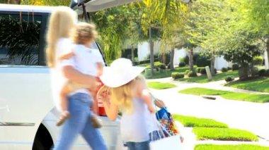 Mladý bělošský rodinné balení auto před výlet — Stock video