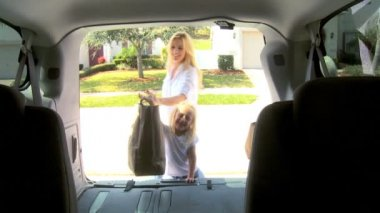 Familia caucásica joven prepara salida de coche — Vídeo de Stock