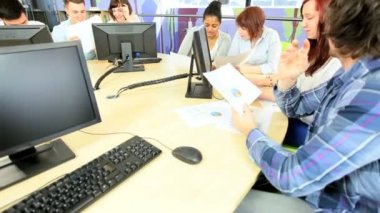 Students studying social networking in library — Vídeo de stock