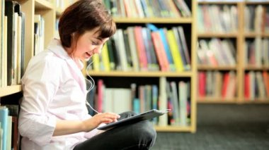 Young student listening to schoolwork on tablet — Stock Video