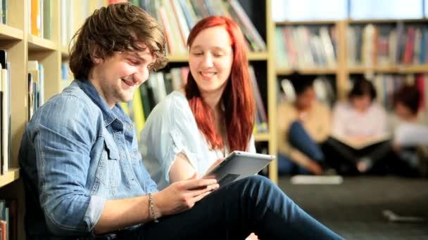Amis masculins et féminins, à l'aide de la technologie — Vidéo