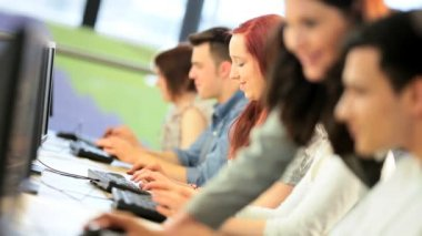 Femelle brune chargé de cours apprentissage multi ethnique camarades de classe dans la salle de technologie moderne de l'Université — Vidéo