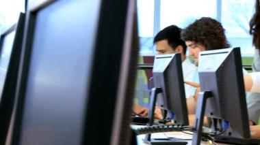 同僚とキャンパスの教師のワーク ショップ — ストックビデオ