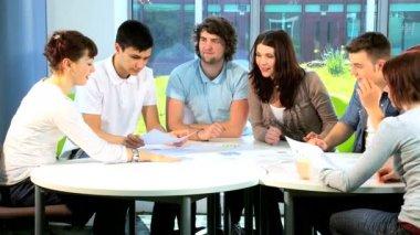 University tutor teaching friends in library — Stock Video