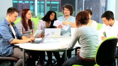 Dozenten und studenten, die arbeiten daran anwendung — Stockvideo