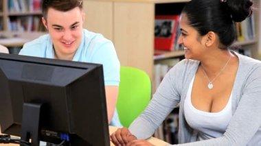 Männliche und weibliche studenten in ihr netzwerk klasse — Stockvideo
