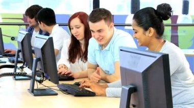 Разнообразные студентов с использованием связи — Стоковое видео