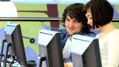 Social networking university classmates in IT class — Stock Video