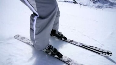 Alpin abfahrt auf der piste — Stockvideo