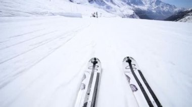 Downhill piste skiing — Stock Video