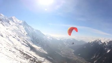 Para glider flying high on thermals — Stock Video