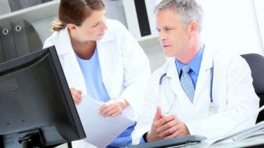 Colegas médicos sobre el tratamiento de los pacientes — Vídeo de Stock