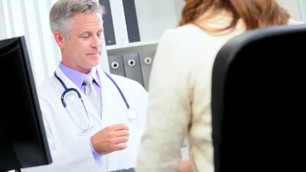 Médecin consultant, conseiller bancaire de la réunion — Vidéo