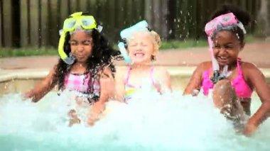 多族裔儿童在游泳池中享受阳光的一天 — 图库视频影像
