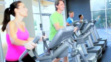 Training auf cross-trainer — Stockvideo
