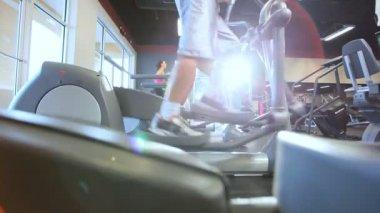 Mantenimiento de cabe en gimnasio moderno — Vídeo de stock