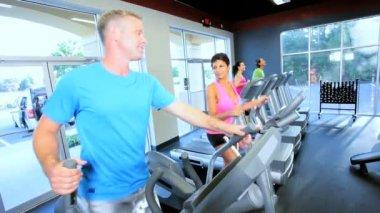 Spor salonunda egzersiz üyeler — Stok video