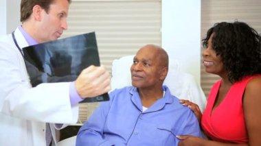 Radiólogo hablando de película de rayos x con paciente — Vídeo de stock