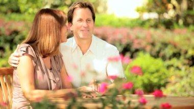 吸引情侣坐家花园 — 图库视频影像