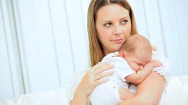 Portrait Mutter küssen kleine Tochter — Stockvideo #18567533