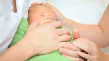 bliska noworodek zawinięty koc — Wideo stockowe #18567849