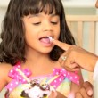 figlio di madre afro-americana di decorazione cupcakes — Video Stock