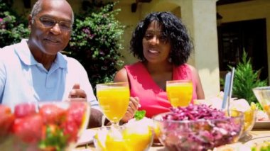 African American Couple Eating Healthy Lunch — Stockvideo