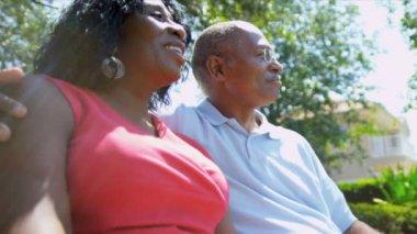 Comunità di pensionamento felice coppia americana africana vive — Video Stock