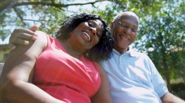 Jardin maison de retraite mature couple afro-américain — Vidéo
