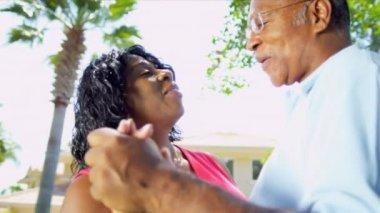 афроамериканец пара танцует на пенсию домашний сад — Стоковое видео