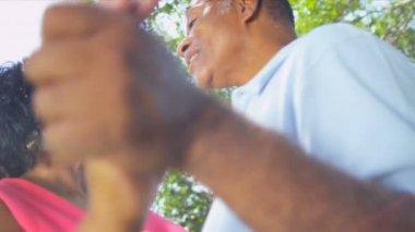 African american para taniec emeryturę ogród przydomowy — Wideo stockowe