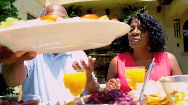 Senior afroamericano par disfrutar de comida sana — Vídeo de stock