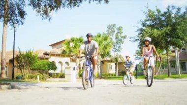 Jonge etnische familie samen fietsen — Stockvideo