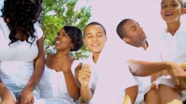 etnico genitori ridere i bambini all'aperto — Video Stock #18773921