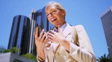 Mujer en teléfonos inteligentes — Vídeo de stock