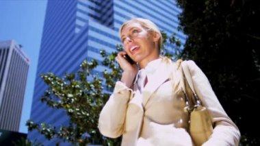Vrouw op smart phone — Stockvideo