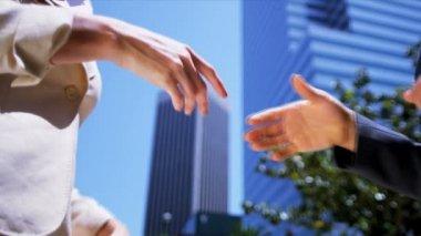 Kobiety drżenie rąk na ostrzach — Wideo stockowe