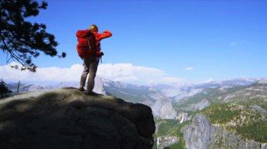 Hiker enjoying Canyon landscape — Stock Video