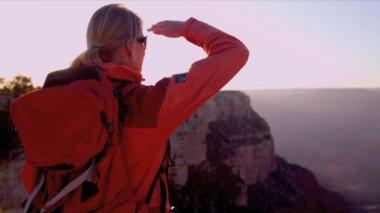 žena zobrazení kaňon v západu slunce — Stock video