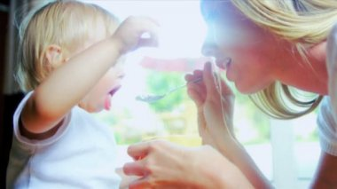 Dziewczynka nauki karmić siebie — Wideo stockowe
