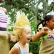 multi-etnische kinderen leuke wedstrijden — Stockvideo