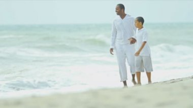 Diverse happy parent playing son on holiday beach — Stock Video