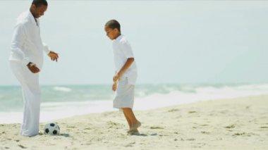 футбольный матч афро-американских сына и отца на пляже — Стоковое видео