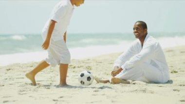 Syn ojca african american grać w piłkę nożną — Wideo stockowe