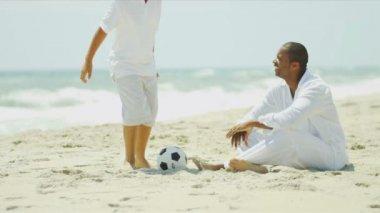 футбол время этнических молодой сын и счастливый отец — Стоковое видео