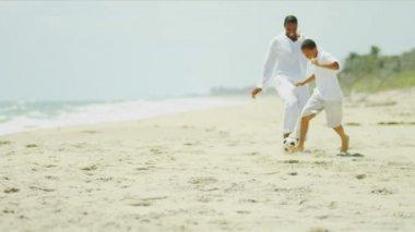 Unga far son spendera tid spelar fotboll — Stockvideo